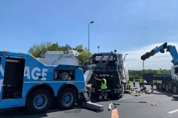 Professionnel pour le relevage d'un camion accidenté sur l'autoroute Meyzieu
